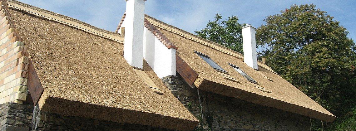 Lépcsős tetőfelület nádazása